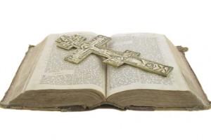 Bible et croix de bénédiction orthodoxe