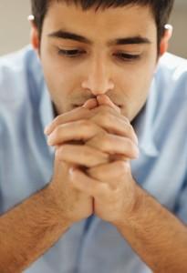 Jeune homme en prière